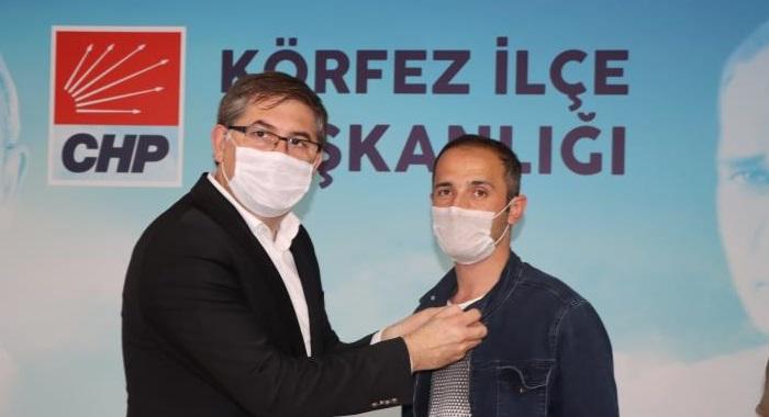 Başkan Yıldızlı CHP'nin yeni üyelerine parti rozetlerini takdim etti
