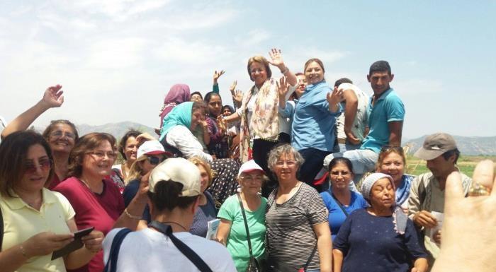 Aydın İncirliova ilçesi Sınırtepe köyünde tarlada çalışan kadın işçilerle biraraya geldik. #İstikbalİçinCesaret #TAMAM #Milleticingeliyoruz