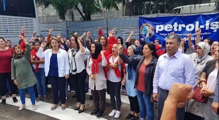 Flormar fabrikasında çalışan 132 emekçinin 72 gününde, sendikalı olmak istedikleri için işlerine son verilen, direnişleri dünyada yankı uyandıran ve mücadeleyi asla bırakmayacaklarına inandığımız, emek mücadelesine ortak olduk. Dayanışmanın mücadeleyi büyüteceğine olan inancımızla bu direniş başarıya ulaşana kadar destek olmaya söz verdik. Yaşasın emek mücadelesi!!!