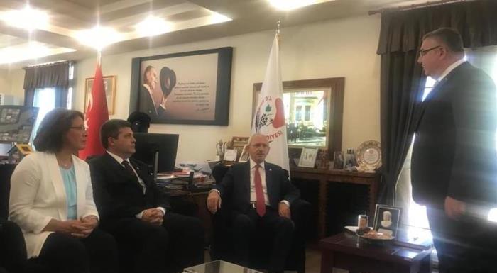 Genel Başkanımızın Kırklareli Belediye Başkanlığı ziyareti. Belediye Başkanı Mehmet Siyam Kesimoğlu'nun Kırklareli için yapmış olduğu hizmetler ile ilgili tanıtım videosunu izleyip sohbet edildi.