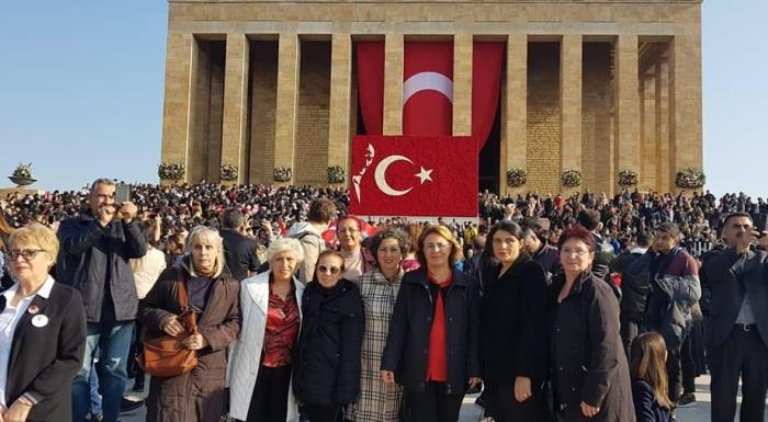 Yaşamının her döneminde kadına büyük önem veren, devrimleri ile kadına seçme ve seçilme hakkının verilmesini sağlayan, toplumsal yaşamda eşit yurttaşlığı önünü açan Gazi Mustafa Kemal Atatürk'e şükran borçluyuz. Aramızdan ayrılışının yıl dönümünde saygı ve özlemle anıyoruz