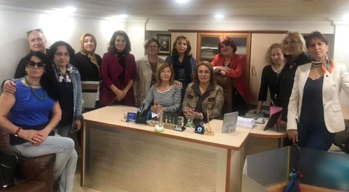 Önceki dönem Sakarya Kadın Kolları İl Başkanımız Füsun Çetin'i Eczanesinde ziyaret ederek baş sağlığı dileklerimizi ilettik.