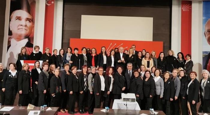 1998 yılında kurulan ve içinde 48 derneğin yer aldığı İzmir Kadın Kuruluşları Birliği'nin cesur yürekli, mücadeleci kadınlarıyla bir araya geldik.