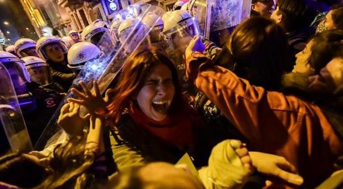 #8MartFeministGeceYürüyüşü sırasında kadınlar, saçlarından sürüklenerek gözaltına alındılar!