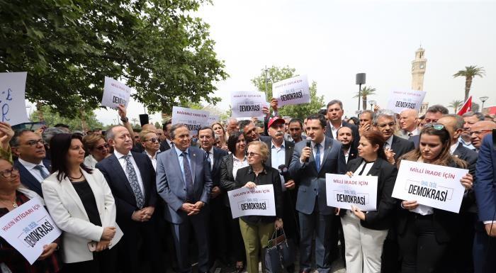 """BİNLERCE İZMİRLİ KONAK MEYDANINDAN HAYKIRDI - """"OHAL DEĞİL DEMOKRASİ"""""""